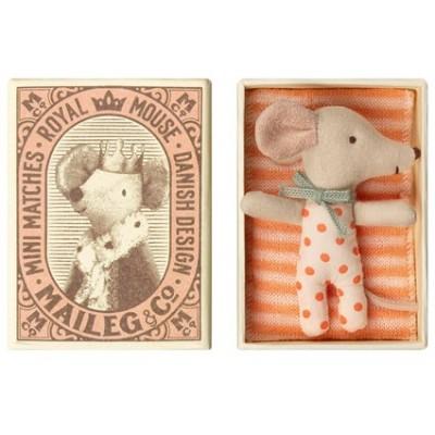 Bebé ratoncita en caja de cerillas