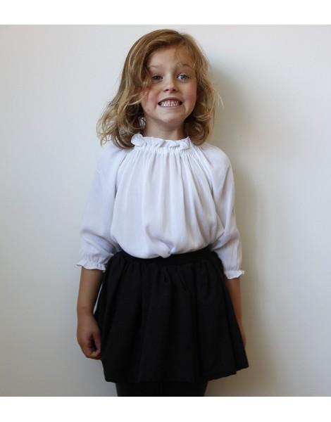 Niña con falda en lana